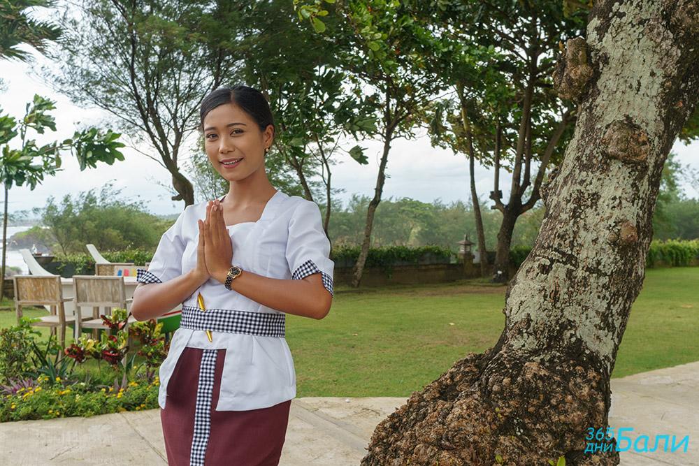Красива сервитьорка ни кани в заведението - Tanah Lot, остров Бали