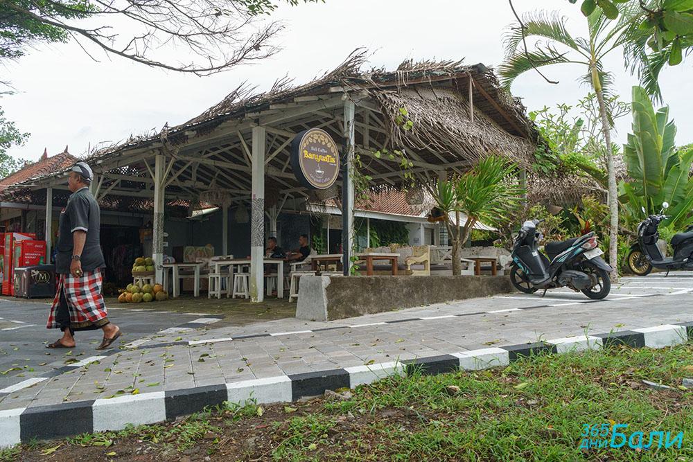 Заведение за хранене в двора на храма Tanah Lot