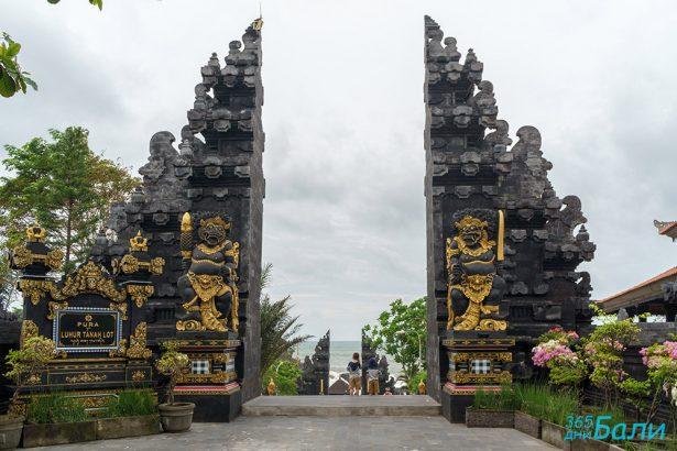 Входът на храма Tanah Lot, остров Бали