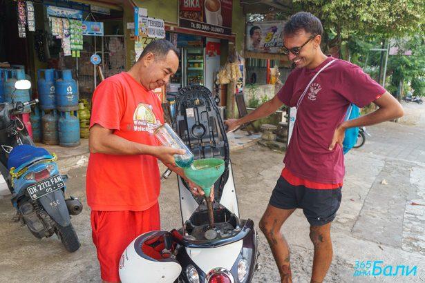 Зареждане на гориво от стъклени бутилки